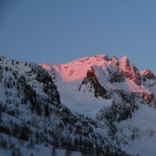 Am Ischiator - Alpenglühen morgens: Weite Hänge unter dem Ischiator