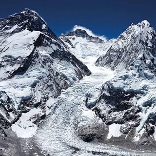 Everest (links), Nuptse (rechts) und dazwischen der Lhotse mit der Lhotseflanke. Foto: Robert Bösch