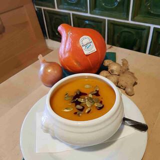 Eine Kürbissuppe schmeckt und wärmt an kalten Tagen. Foto: Yvonne Tremml/Brünnsteinhaus