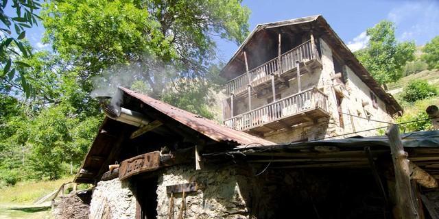 Das urige San Bernolfo liegt oberhalb Vinadio in einem Seitental des Val Stura – zu besonderen Anlässen wird das Backhaus angeschürt. Foto: Joachim Chwaszcza