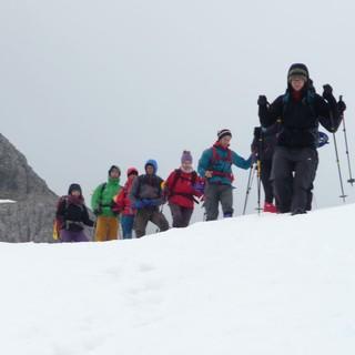 Gruppe mit Schneeschuhen unterwegs. Foto: Roland Oppermann
