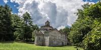 Kultur-Wanderziel: Die Kirche San Giovanni bei Montorfano hat ein Taufbecken aus dem Jahr 600. Foto: Stefan Neuhauser