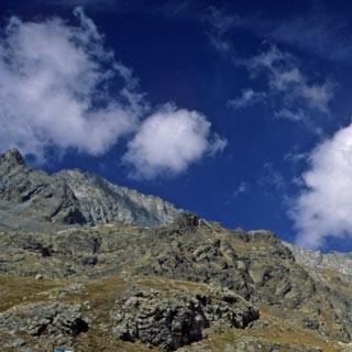Rifugio Tonolini - 3. Etappe: Das gemütliche Rifugio Tonolini in der weitläufigen Conca di Baitone. Dieses hochgelegene Seenbecken bietet sich für einen kurzen Abstecher oder einen Pausentag an.