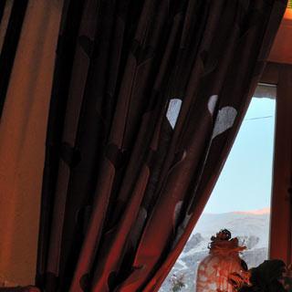 Meije am Fenster - Bald ist's so weit! Vor dem Aufbruch zur Meije schaut sie durchs Fenster der Pension.