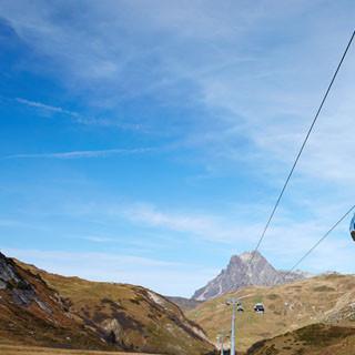 Wettrüsten der Skigebiete - Der Auenfeldjet verbindet seit 2013 die Skigebiete Lech-Zürs und Warth-Schröcken: Das entstandene Skigebiet ist nun das größte Vorarlbergs. Die Gondel führt durch ein äusserst sensibles alpine Ökosystem. (Foto: K. Riedmiller)
