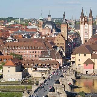 Würzburg: Blick auf Alte Mainbrücke, Rathaus und Dom, Foto: Congress-Tourismus-Würzburg/A. Bestle