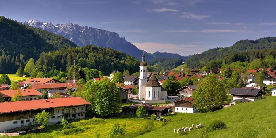 Das Bergsteigerdorf Sachrang mit Kaisergebirge. Foto: Herbert Reiter