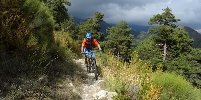Tag 13: Obwohl wir uns auf Trails eines klassifizierten Bikecenters bewegen, wechseln sich zwischen Col de la Madeleine und Mont Tournairet Fahr- und Schiebepassagen ständig ab.