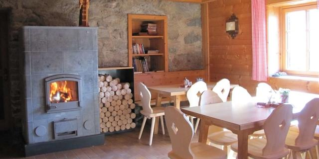 In der Stuben der Neuen Prager Hütte kommt griabige Hüttenstimmung auf, Foto: Claudia Studer
