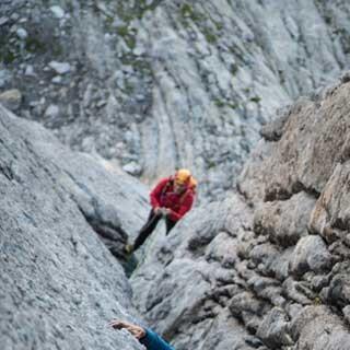 <p>Granit wie er sein soll: Risse und Platten wechseln sich im unteren Teil der Fuorikante ab.</p>  <p>Foto: Ralf Gantzhorn</p>