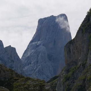 Oberhalb von Bulnes zeigt sich der Pico Urriellu so majestätisch wie abweisend. Foto: Antes & Antes