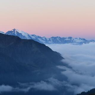 Unter dem Nebelmeer verbirgt sich der Vinschgau, der Ortler ragt durch die Wolkendecke. Foto: Stefan Herbke