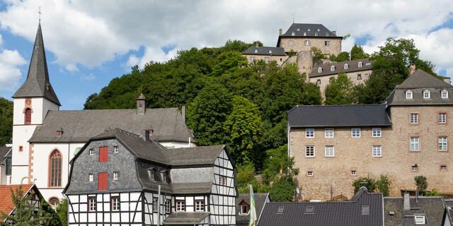 Herrliches Ensemble: Burg Blankenheim, Kirche St. Mariä Himmelfahrt und das Eifelmuseum. Foto: DAV/Klaus Herzmann