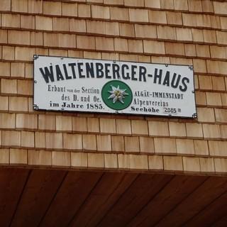 Alt auf Neu - das Hüttenschild des Waltenberger-Hauses, Foto: DAV