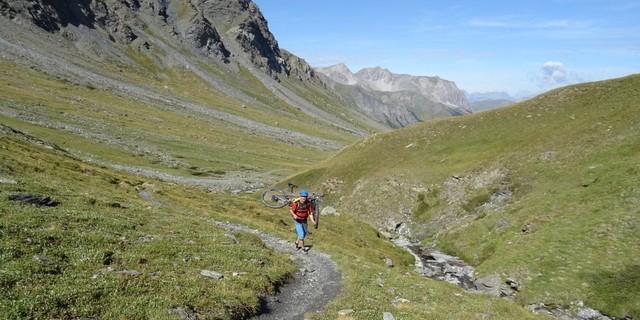 Tag 9: Im Aufstieg zum Pass Col du Petit Malrif auf 2830 Metern sind auf dem GR 58 rund zwei Stunden Schieben und Tragen angesagt.