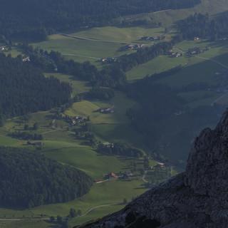 Blick auf das Bergsteigerdorf Ramsau von der Schärtespitze. Foto: WEhn