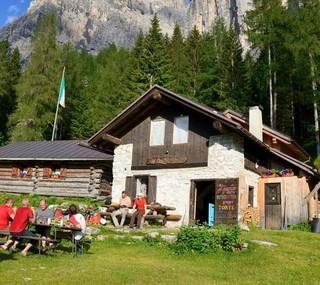 Einsame Dolomiten: Die kleine Bosconerohütte unter der Rocchetta Alta ist selten überfüllt. Foto: Ralf Gantzhorn