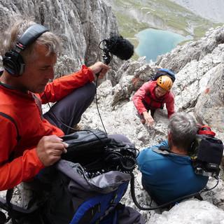 """""""Action!"""" Kameramann Sepp Wörmann und Tonmann Hannes Hochenleitner dokumentieren die Kletterei an der Dremelspitze in den Lechtaler Alpen. Foto: Dr. Georg Bayerle"""