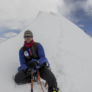 Steffen Graupner vor der Gipfelwechte; © Steffen Graupner