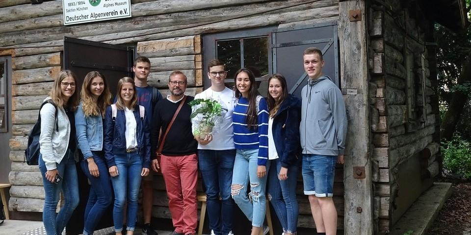 erste Hütte auf dem Weg - Schüler vor der Höllentalanger Hütte im Garten des Alpinen Museums