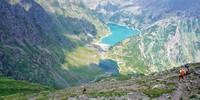 Abstieg zum Stausee Lago Barbellino – das Rifugio Curò liegt ein gutes Stück rechts oberhalb der Staumauer. Foto: Joachim Chwaszcza