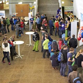Die Infostände im Foyer waren gut besucht. Foto: JDAV/Ben Spengler