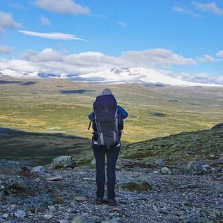"""Weiter zieht der Weg über das Dovrefjell, und die """"Snøhetta"""" (2286 m) ist mit Neuschnee überzogen. Foto: Joachim Chwaszcza"""