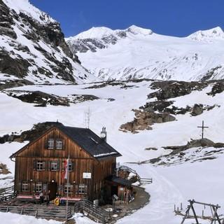 Skirunde Großvenediger: Die Johannishütte mit dem Großvenediger. Foto: Stefan Herbke