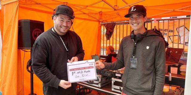 Bei den Kletterwettkämpfen spornen die DJs Leo und Leo die Athlet*innen mit ihren Beats zu Höchstleistungen an. Auch hier gilt: Wenn die Musik fehlt, fällt's auf! Foto: DAV