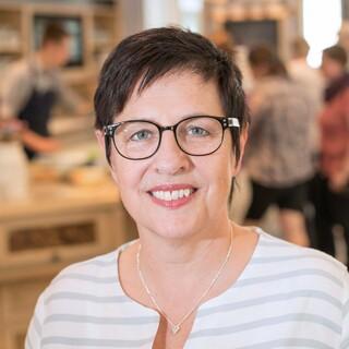 Lisa Schmuck arbeitet als Käsesommelière bei Bergader und führt ihre Besucherinnen und Besucher in die Welt des Käses ein. Foto: Bergader