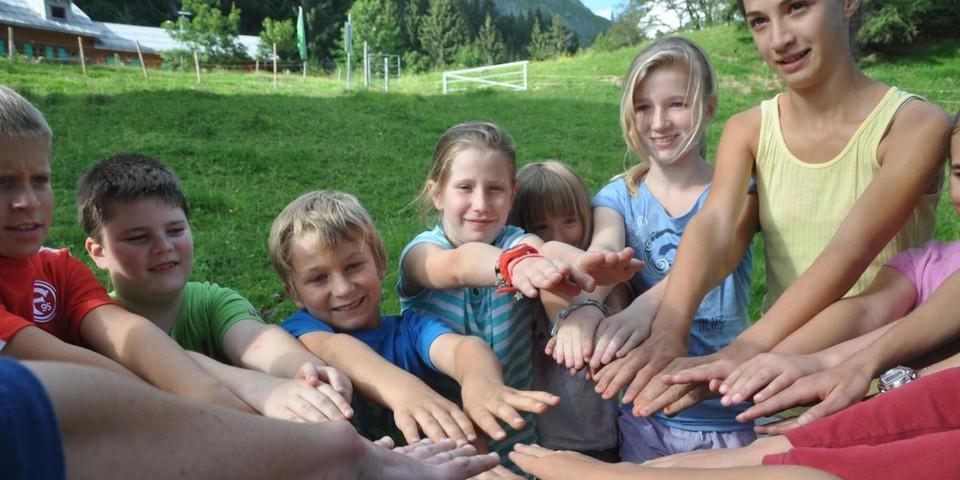 Schüler*innen bei Wahrnehmungsaufgabe nähe Schwarzwasserhütte im Allgäu; Foto: Archiv JDAV