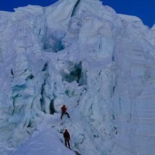Martin Feistl im Vorstieg am Serac. Kurz darauf kracht ein Eisblock herab. Foto: Michi Wärthl