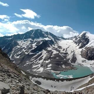 Panorama des Vorfeldes, Gletschersees und Gletscherzunge des Sulzenauferners in den Stubaier Alpen. Foto: Volker Beer