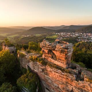 Die Ruine Drachenfels ist nur eins von vielen Highlights auf dem Pfälzer Waldpfad. Foto: Pfalz-Touristik/Dominik Ketz
