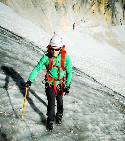 Gletscherausrüstung - Vor dem Gletscher bereits Ausrüstung anlegen. Pickel, Helm, Handschuhe, Steigeisen und Klettergurte. Hauptroute nicht verlassen!