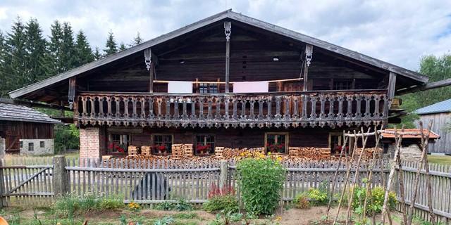Im Freilichtmuseum bei Finsterau kann man in die vergangene Bauernkultur des Bayerischen Waldes eintauchen. Foto: Joachim Chwaszcza