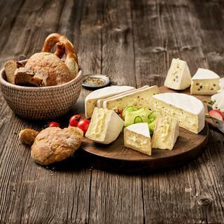 Die köstlichen Almzeit-Spezialitäten entstehen aus frischer Alpenmilch. Foto: Bergader