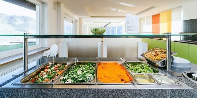 Salat - Buffet im großzügigen Speisesaal, Foto: Jubi Archiv/Simon Toplak