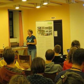 Lena Glaeser (stellv. Bundesjugendleiterin) gegrüßt die Teilnehmer*innen, Foto: JDAV/ Britta Zwiehoff