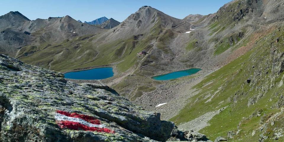 """Natur trifft """"Kunst"""": der echte Hexensee (r.) und der etwas tiefer gelegene Stausee. Foto: Axel Klemmer"""