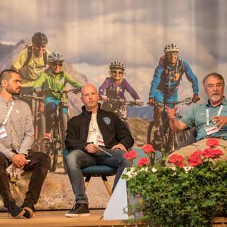 Nico Graaff, David Eisenberger und Roland Stierle bei der Präsentation des Booklets in Oberstaufen. Foto: Anatole Serxhes