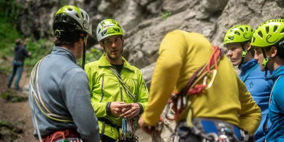 Cheftrainer Fritz Miller gibt sein Wissen an die Teilnehmer weiter. Foto: DAV / Silvan Metz