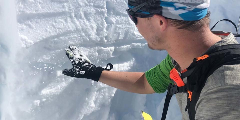 Schneeprofil graben und Schneedecke analysieren: wichtige Elemente bei der Risikoabschätzung. Foto: Stefan Herbke