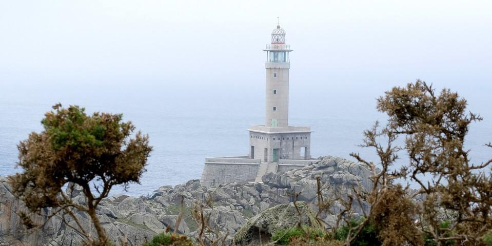 Leuchtturm an der Punta Nariga –  ein funktionaler Bau in Beton. Foto: Eberhard Neubronner
