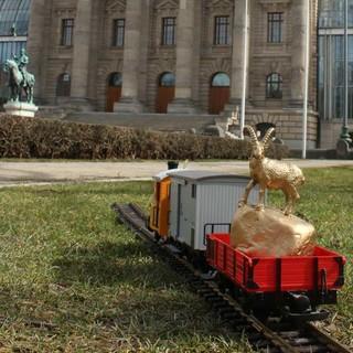 Den goldenen Steinbock gab Mountain Wilderness dem ausgewiesenen Modelleisenbahn Fan per Zug mit auf seinen Weg nach Berlin.