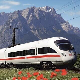 Bahn-und-Berglandschaft