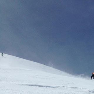 1.6., 11:28 – von nun an geht's bergab: staubende Abfahrt vom Mont-Blanc-Gipfel