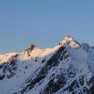 Aufstieg zur Wildspitze - Wie am ersten Tag. Beim Aufstieg zur Wildspitze strahlt der Fluchtkogel im frühen Morgenlicht.