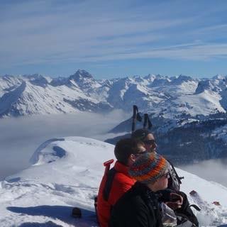 Am Gipfel des Klippern - Gipfelrast am Klippern, mit Widderstein (l.) und den Gipfeln des Großen Walsertales.