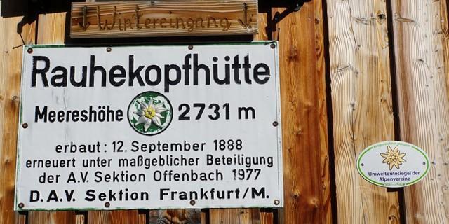 Hüttenschild und neues Umweltgütesiegel begrüßen die Gäste der Rauhekopfhütte, Foto: Christian Lenz